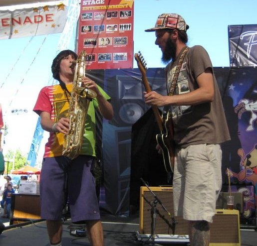 ZuhG plays Saint Rocke – Chillin', groovin' vibes, mixed with high energy, jamming shows