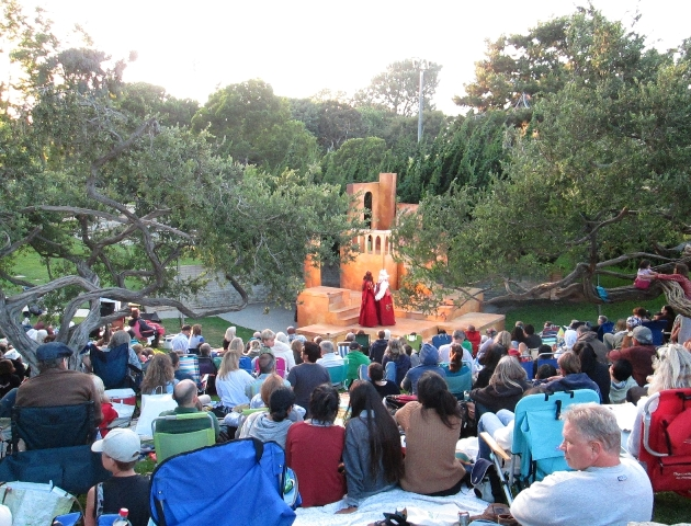 Picnic with Shakespeare: theater at the beach