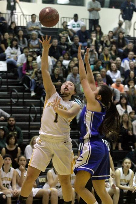 Freshman Halle Maeda scored eights point for Mira Costa. Photo by Ray Vidal