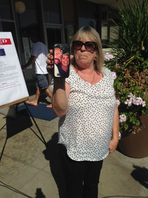 Bonnie Reynolds, mother of the deceased, showed a photo of herself with her son at the press conference on Tuesday.