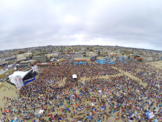 A seagull's eyeview of Saturday's Jimmy Buffett concert in Hermosa Beach. Photo by Bo Bridges (BoBridges.com)