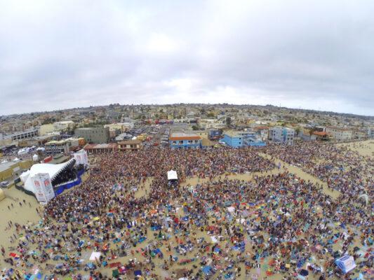 A seagull's eyeview of Saturday's Jimmy Buffett concert in Hermosa Beach. Photo by Bo Bridges (BoBridges.com)