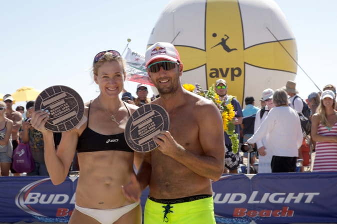 South Bay residents Kerri Walsh Jennings and Sean Rosenthal display their plaques after winning the 55th Manhattan Beach Open. Photo by Ray Vidal
