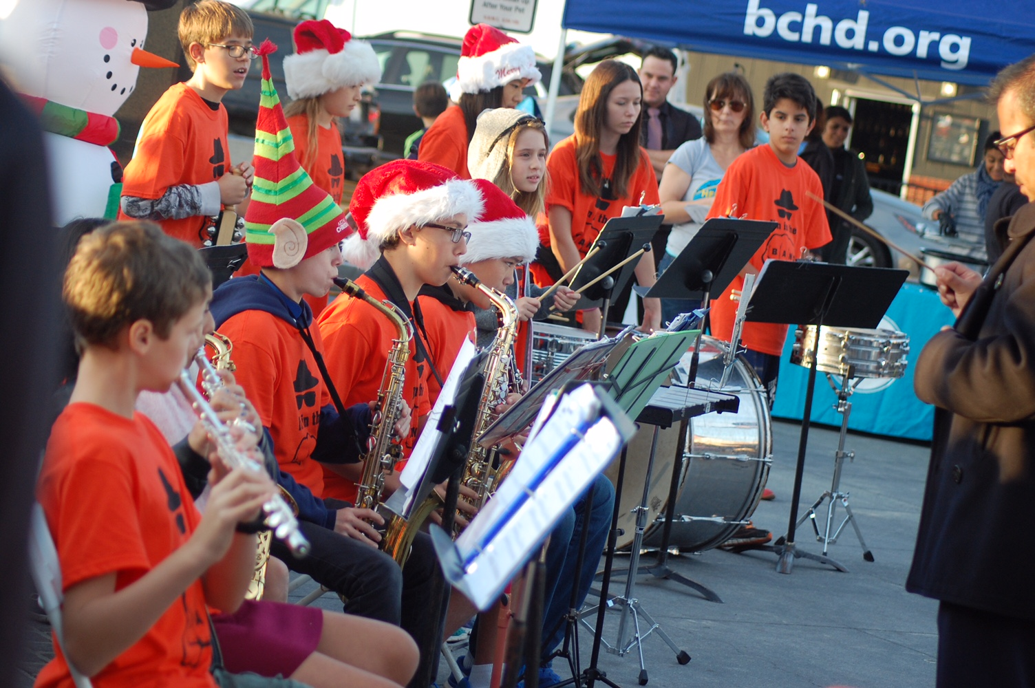 Band members serenade revelers at the Tree Lighting Ceremony on the Hermosa Pier. Photo by Candy Ayllón