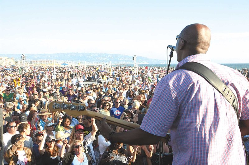 Concerts At The Beach Hermosa Pier Draw Crowds And Name Bands This Year S Are Every Sunday In August Photo By Kevin Cody