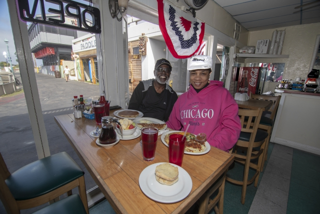 Polly's is still Polly's on the Pier [restaurant review]