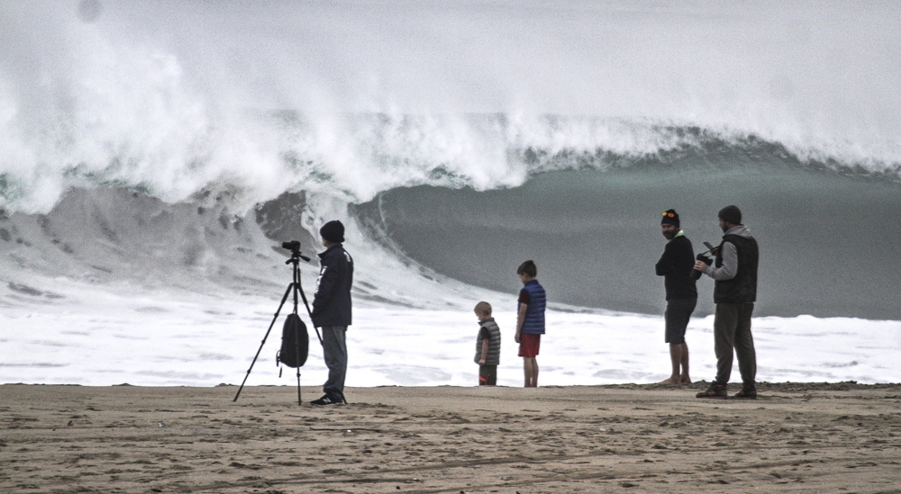 Crowd thinning WNW swell hits South Bay over New Year's weekend.